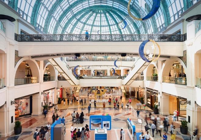 Hlavné átrium v stredisku Mall of The Emirates. Nákupné ... 6bc1cf7e318