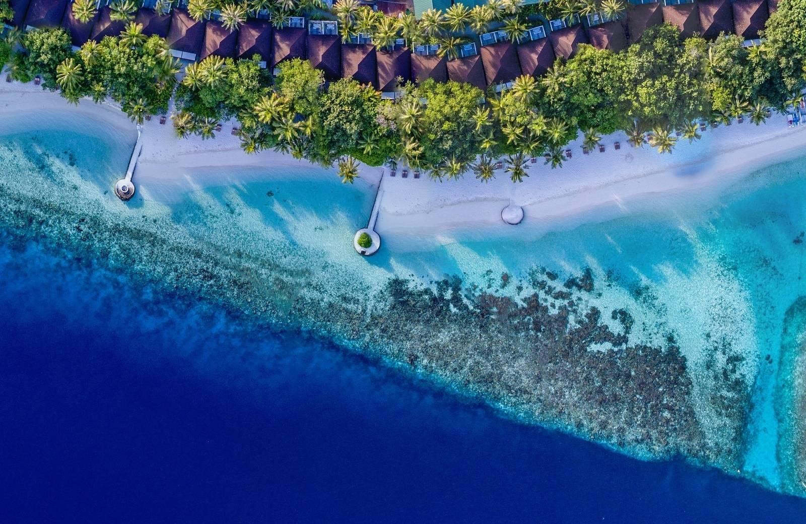 Piesočnaté pobrežie na ostrove Huvahendhoo