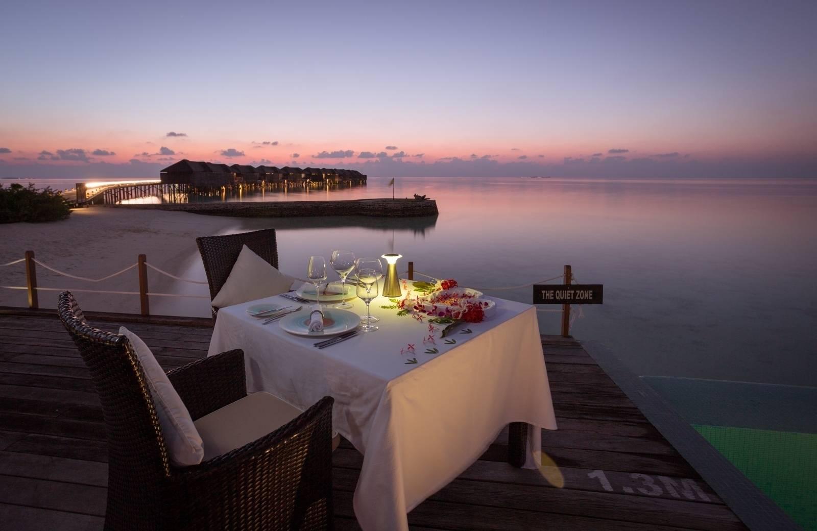 Doprajte si romantickú večeru s výhľadom na oceán.